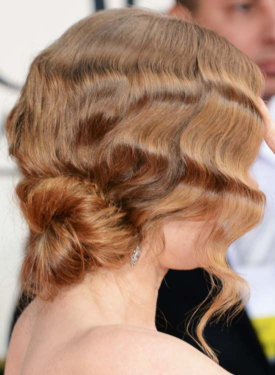Low-Twisted-Bun-avec-texturé-Wavy-Bang