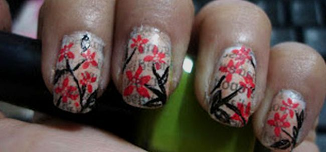 Nail art floral de journal ANCIENNES Photo